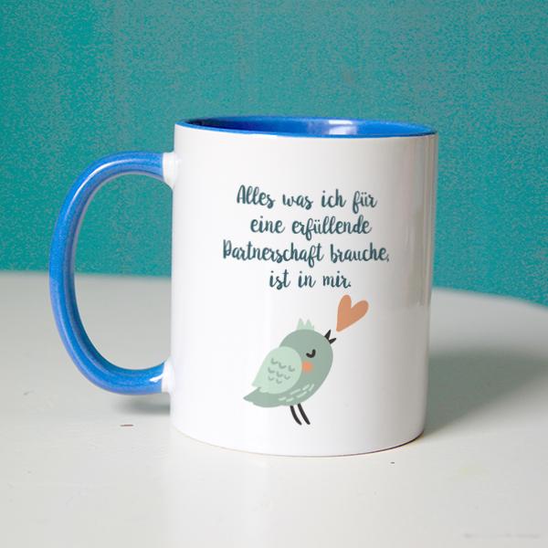 """Affirmation """"Alles was ich für eine erfüllende Partnerschaft brauche, ist in mir"""" mit Vogel auf einer blauen Tasse"""