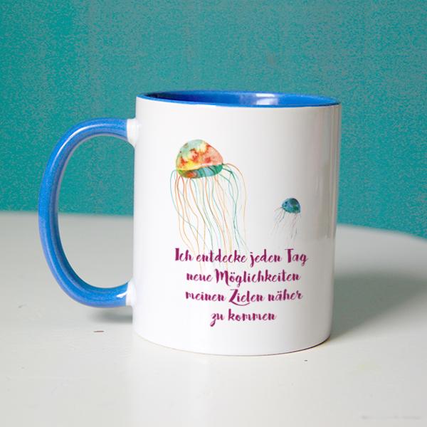 """""""Ich entdecke jeden Tag neue Möglichkeiten meinen Zielen näher zu kommen"""" Affirmation auf blauer Tasse"""