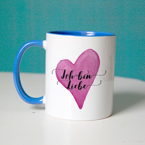 """Affirmation """"Ich bin Liebe"""" auf einer blauen Tasse"""