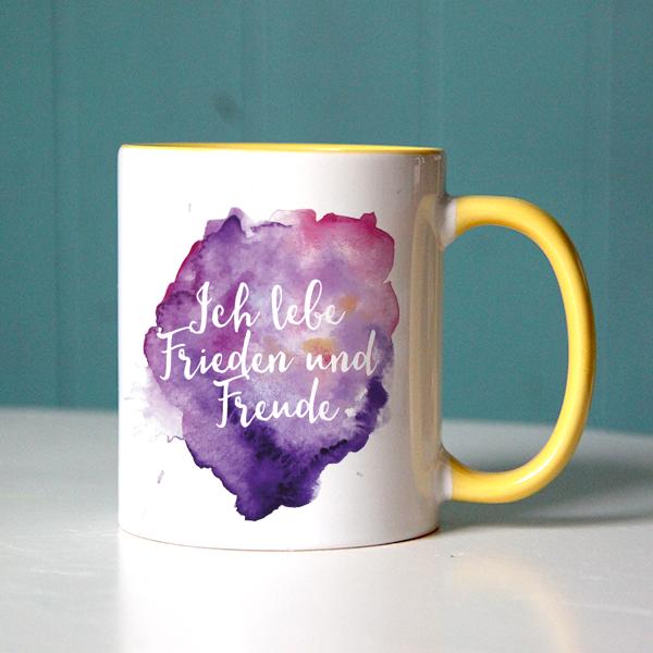 """Schöner Glaubenssatz """"Ich lebe Frieden und Freude"""" mit fröhlicher Farbkomposition auf einer gelben Tasse"""