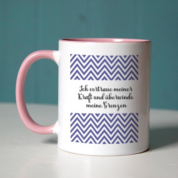 """Der positive Glaubenssatz """"Ich vertraue meiner Kraft und überwinde meine Grenzen"""" mit lila Zacken-Muster sieht hübsch auf einer rosa Tasse aus"""