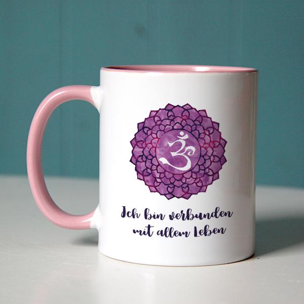 """""""Ich bin verbunden mit allem Leben"""" mit Chakra-Symbol auf rosa Tasse"""